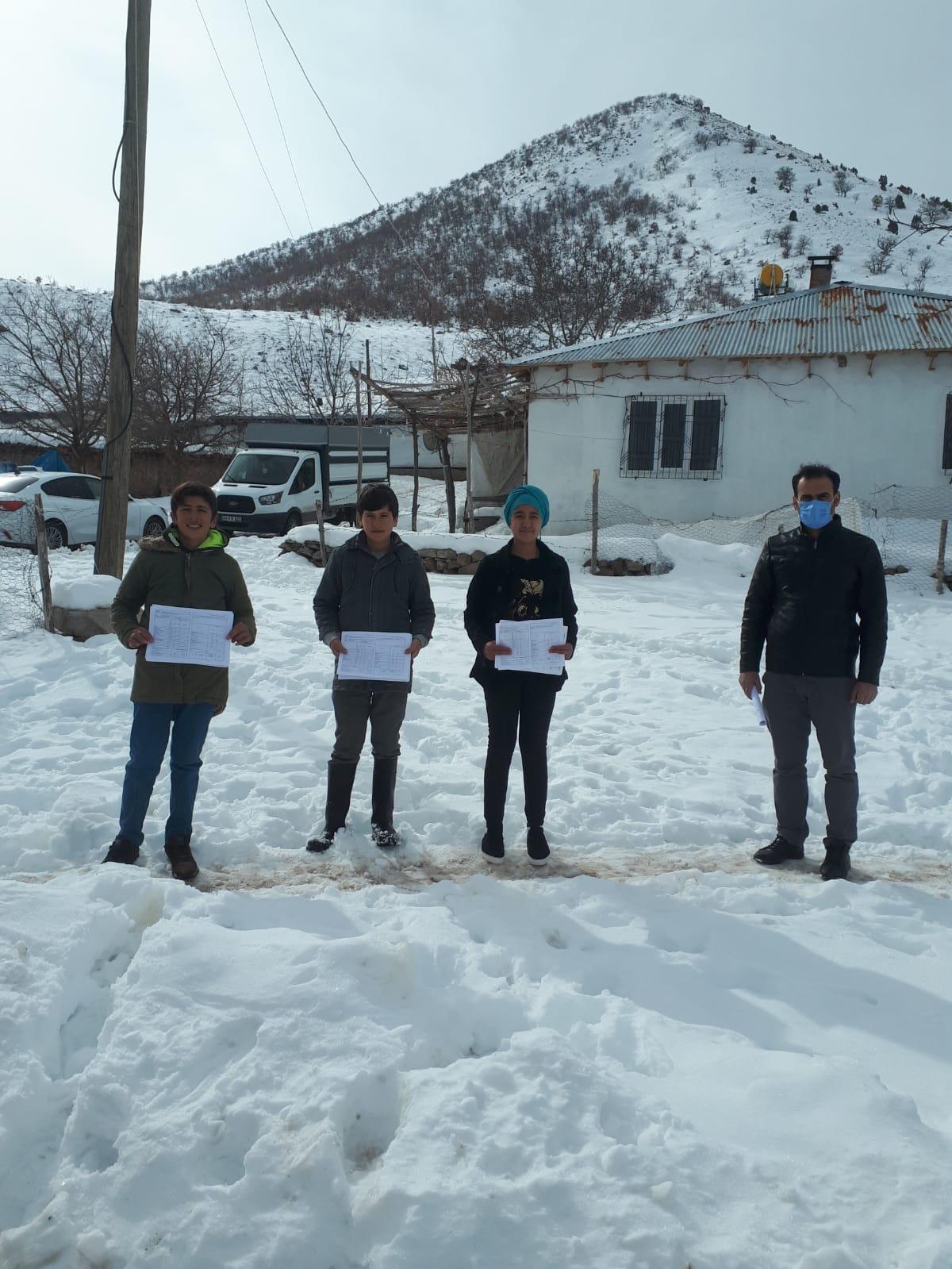 Okul Müdürü, Karlı Yolları Aşarak Köy Köy Karne Dağıttı