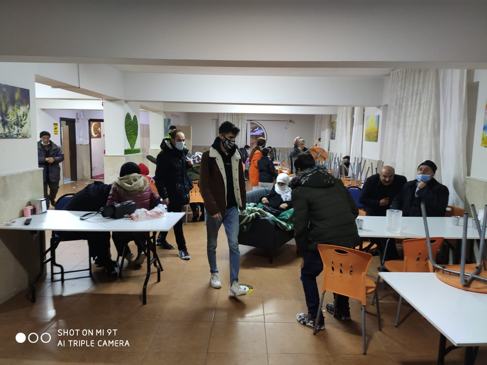 Yolda Mahsur Kalanlara Polis'den Sıcak Yemek ve konaklama imkanı