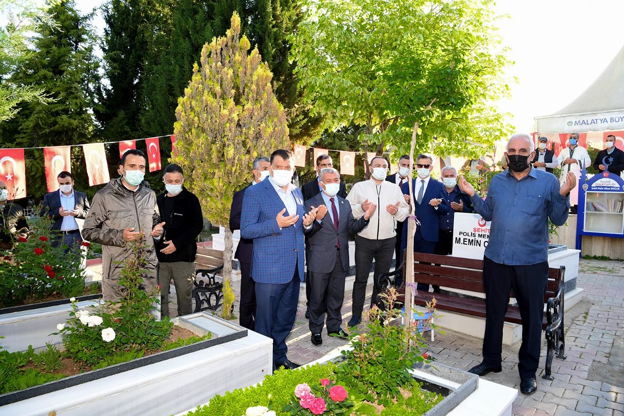 Başkan Gürkan, Bayramın İlk Gününde Şehitlik'i Ziyaret Etti