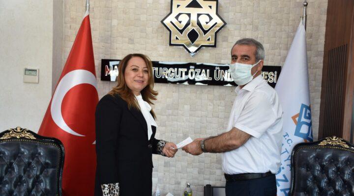 Malatya Turgut Özal Üniversitesi Rektörü Karabulur Kurban Bağışını Kızılay'a yaptı