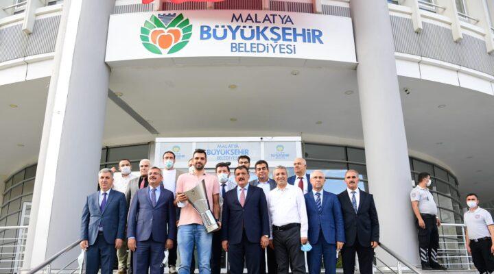 Büyükşehir Belediyesi Anadolu Efesli Simon'a Fahri Hemşehri Beratı verdi