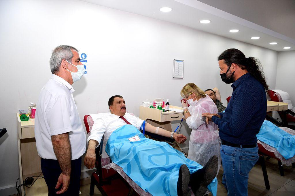 Malatya'nın Başkanı Gürkan, Kızılay'a kan bağışında bulundu