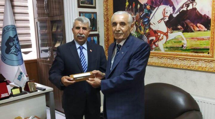 Başkan Evren'den Türk Ocağı Başkanı Günata'ya Ahilik Kalemi Takdim Etti