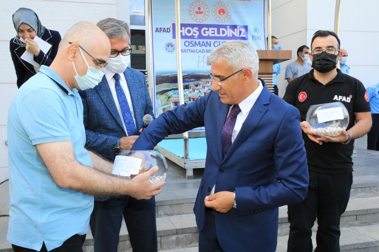 """Başkan Güder: """"Battalgazi'deki Depremzede Ailelerin Yüzleri Gülüyor"""""""