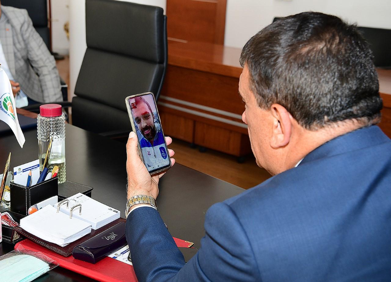 Başkan Gürkan, Anadolu Efes'in 44 numaralı formasını giyen Simon ile görüştü