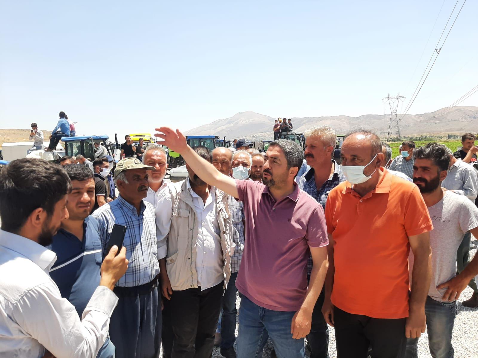 CHP Malatya İl Başkanı Enver Kiraz, tütün üreticilerinin eylemine destek verdi.