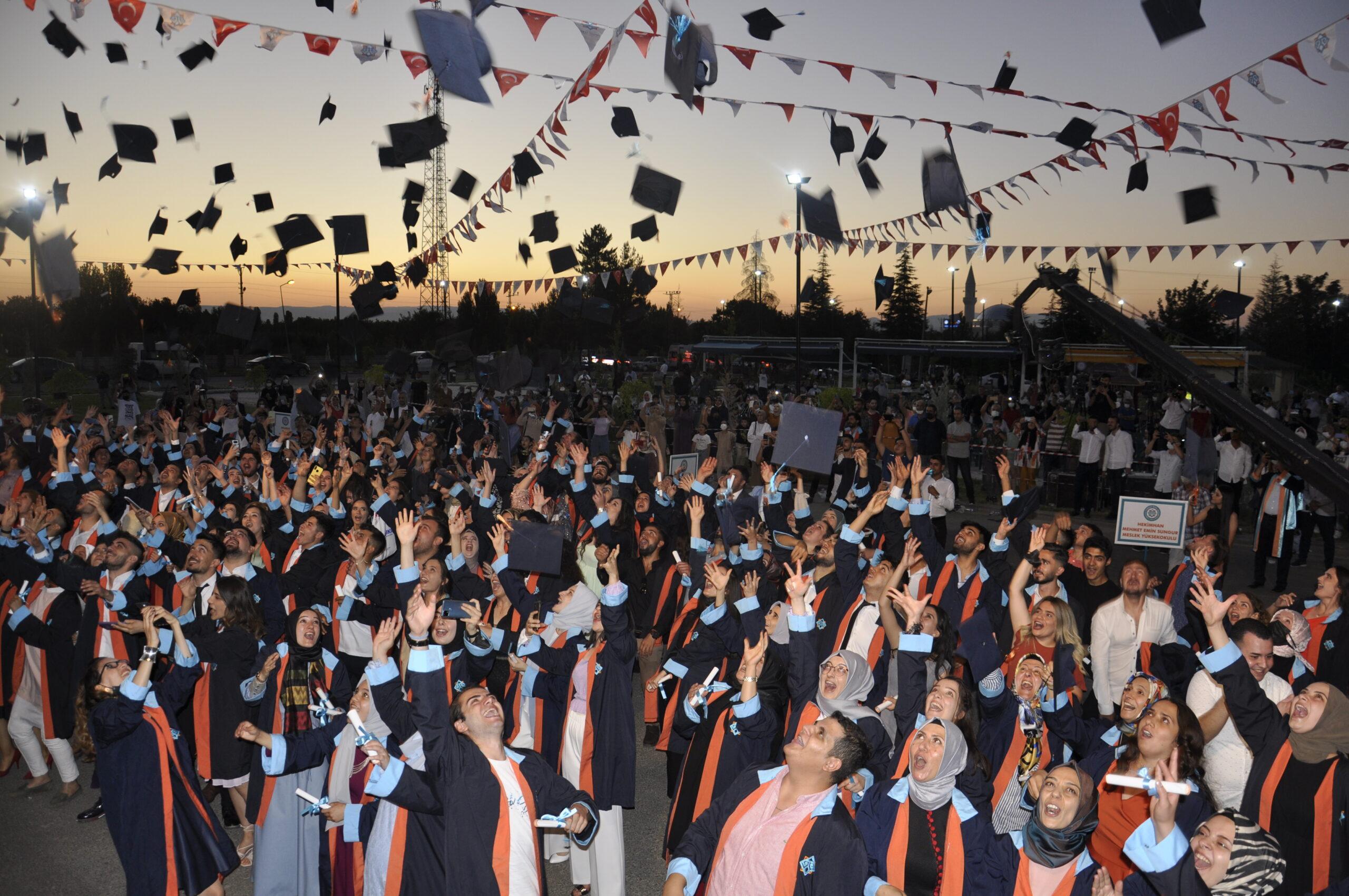 Malatya Turgut Özal Üniversitesinden; Muhteşem mezuniyet töreni