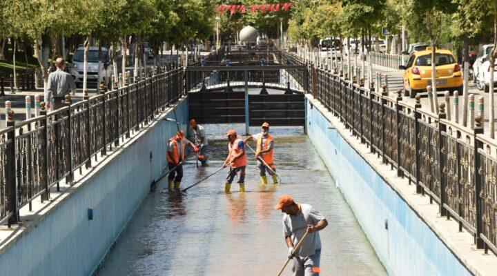 Büyükşehir Belediyesi Kanalboyunu Temizliyor